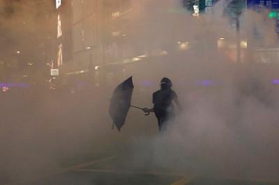 逮女示威者故意任其下體走光!港民圍警局抗議 港警催淚彈伺候