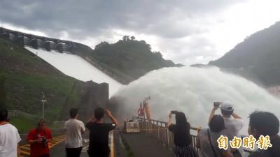 石門水庫洩洪氣勢磅礡 民眾濕身也要看