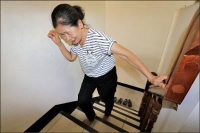 《健康聚寶盆》靈活翁爬山慘摔 竟是白內障害的