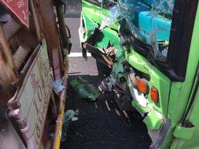 國一五股段驚傳大型車事故 遊覽車撞拖板車11傷
