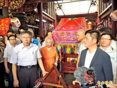 《竹市》柯P與父母 參與都城隍廟中元祭