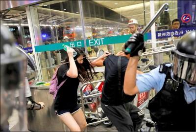 疑公安臥底 香港機場警民對峙