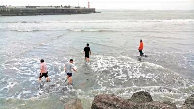 枋寮漁港淤積變沙洲 1個月難出港