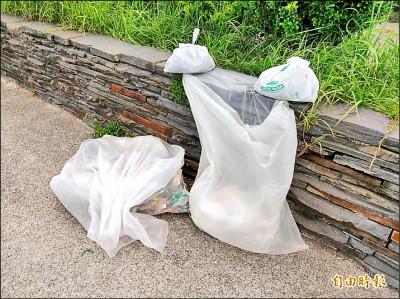 南方澳情人灣 垃圾袋當垃圾桶挨批