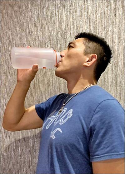 夏天狂喝手搖飲不喝水 38歲男輸尿管結石