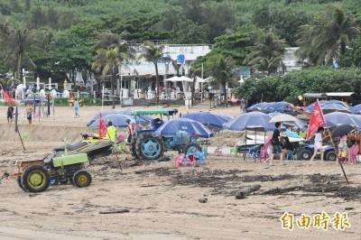 墾丁海邊紅旗插不停 業者被迫無薪假哀嚎「雨別在下了!」