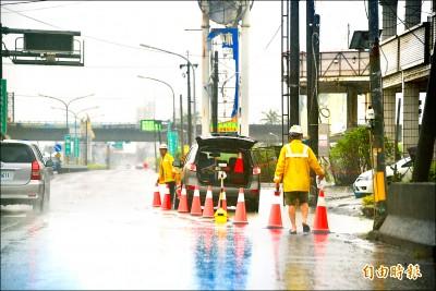 林邊磘仔口橋路段淹水 車道封閉