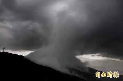 震撼直擊》黑壓壓「蕈狀雲」壓境 士林暴雨瞬間狂洩