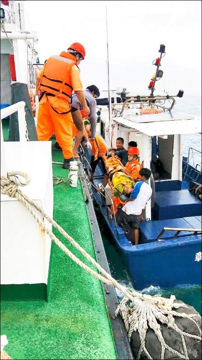 貨輪撞沉漁船 6人落海1命危