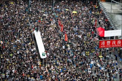 中國入境檢查逼刪照 港人另備手機