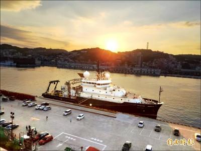 美海軍研究船泊基隆港