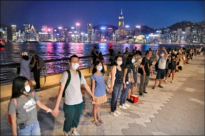 「手」護香港 44公里人龍綿延上山