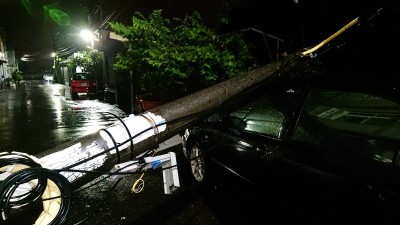 掃到颱風尾?台南仁德電桿應聲折斷 砸中轎車