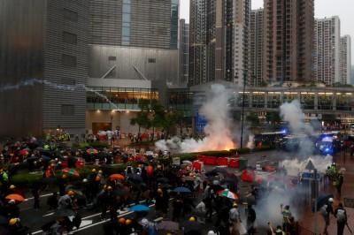 香港825刻意挑事?逾百黑衣、藍衫人挑釁、丟汽油彈