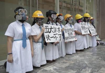 反送中》開學日多校學生抗爭 林鄭月娥學妹下跪喊話