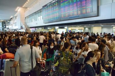 上萬人留宿成田機場渡過混亂一夜  外國客:應變能力要加強...