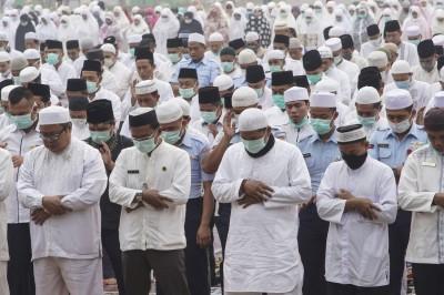 印尼森林大火不止  上千穆斯林戴口罩祈雨