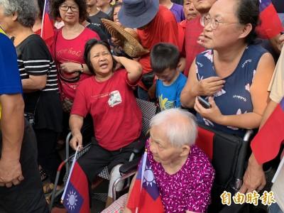 韓國瑜大遲到 90歲輪椅阿嬤苦曬40分鐘想握手被閃過…