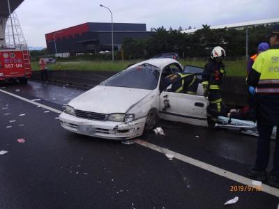 變換車道意外擦撞他車  男駕車由內線翻滾到外側路肩