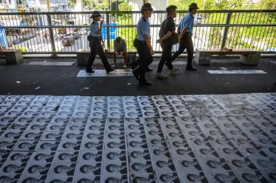 港親中議員號召清潔香港  港人將連儂「地」改貼他肖像