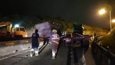 疑貨物重心不穩 曳引車上快速道路一轉彎貨櫃竟翻覆
