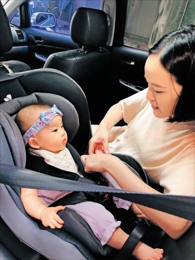 2歲以下幼童乘車 須坐後向式安全椅