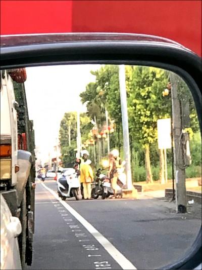 取締騎電動自行車未戴安全帽 警署訂獎勵惹怨
