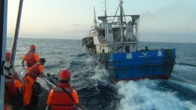囂張!中國漁船越界捕撈還拒檢 海巡押回台重罰240萬