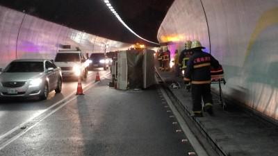 雪隧小貨車爆胎翻覆 北上路段恢復雙線通行