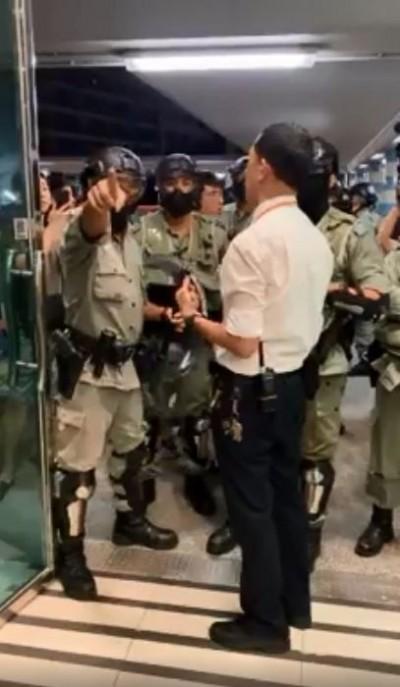 香港人反抗》港警欲進商場逮人 霸氣保全攔下