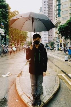香港人反抗》反送中女神無懼遭潑漆 蒙面引「金剛經」抗惡法