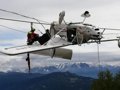 飛機失事吊掛空中 乘客坐機翼等救援