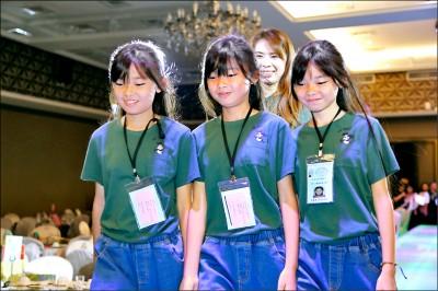 三胞胎國慶走秀 媽說幸福3倍