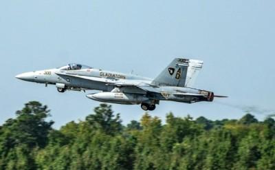 美海軍F/A-18C大黃蜂戰機「畢業飛行」告別第一線