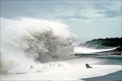 強颱哈吉貝貫穿關東 逼撤93萬日人