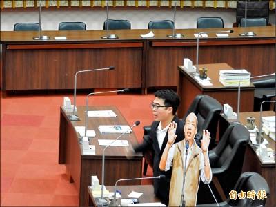 韓國瑜不進議會 議員拿人形立牌質詢