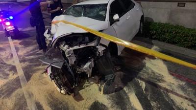 高市轎車急剎失控撞捷運站 3人輕重傷送醫