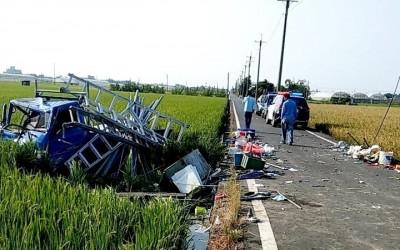2貨車撞擊後衝入稻田 2人重傷送醫
