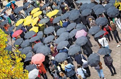 中國嚴審到港貨物 口罩、黑衣全禁止