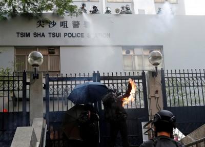 催淚彈VS.汽油彈!尖沙咀警署外爆衝突 火勢、濃煙瀰漫