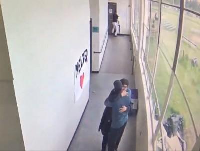 用愛面對散彈槍!學生持槍入校 教練溫情擁抱化解危機