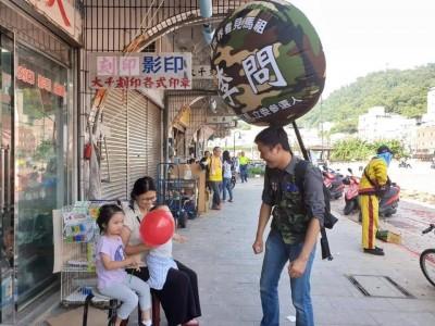 背氣球在馬祖4鄉5島拜票 「氣球哥哥」李問打響知名度