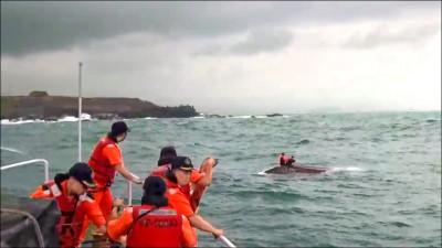 海釣船翻覆 民眾 海巡聯手救5人
