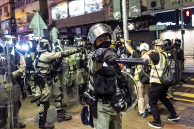 記者遭港警扯面罩、噴藍色水! 《香港電台》強烈譴責