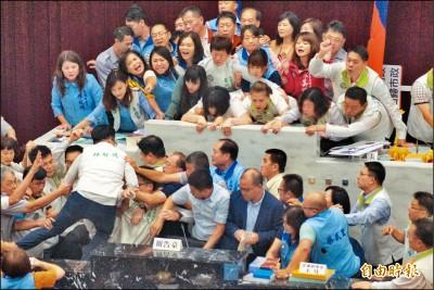 韓國瑜缺席總質詢 高市民進黨團擺25面立牌抗議