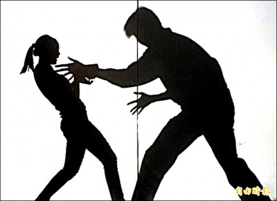國小師十指緊扣女童 判性騷 終生不得任教
