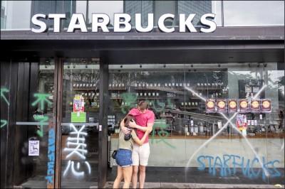 中英對照讀新聞》Why Starbucks? The brands being attacked in Hong Kong 為什麼是星巴克?在香港被攻擊的品牌