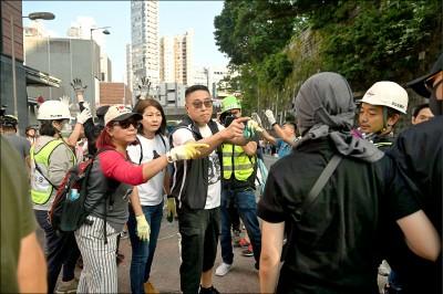 港警追捕記者 海綿彈射穿後背包