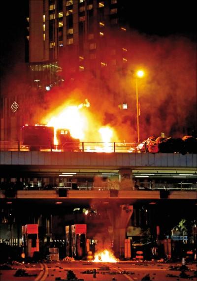 圍攻理大爆衝突 港警裝甲車起火