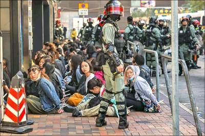 港警攻堅理大 美譴責:不合理使用武力